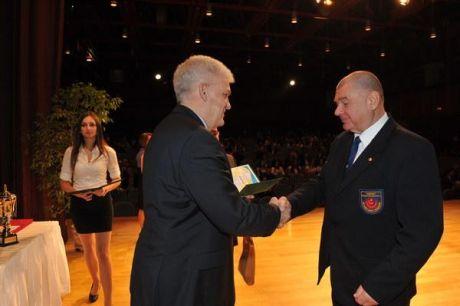 Szalay Ferenc Polgármester elismerést ad át Shihan Furkó Kálmánnak