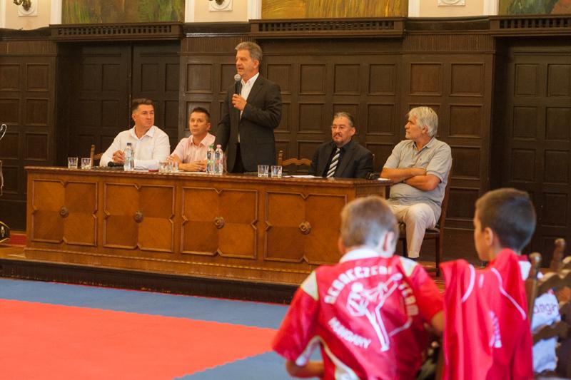 Szarvas Péter  békéscsabai polgármester beszél. balról: Bíró Csaba, Debreczeni Dezső, Szarvas Péter, Bozó József , Lovas István