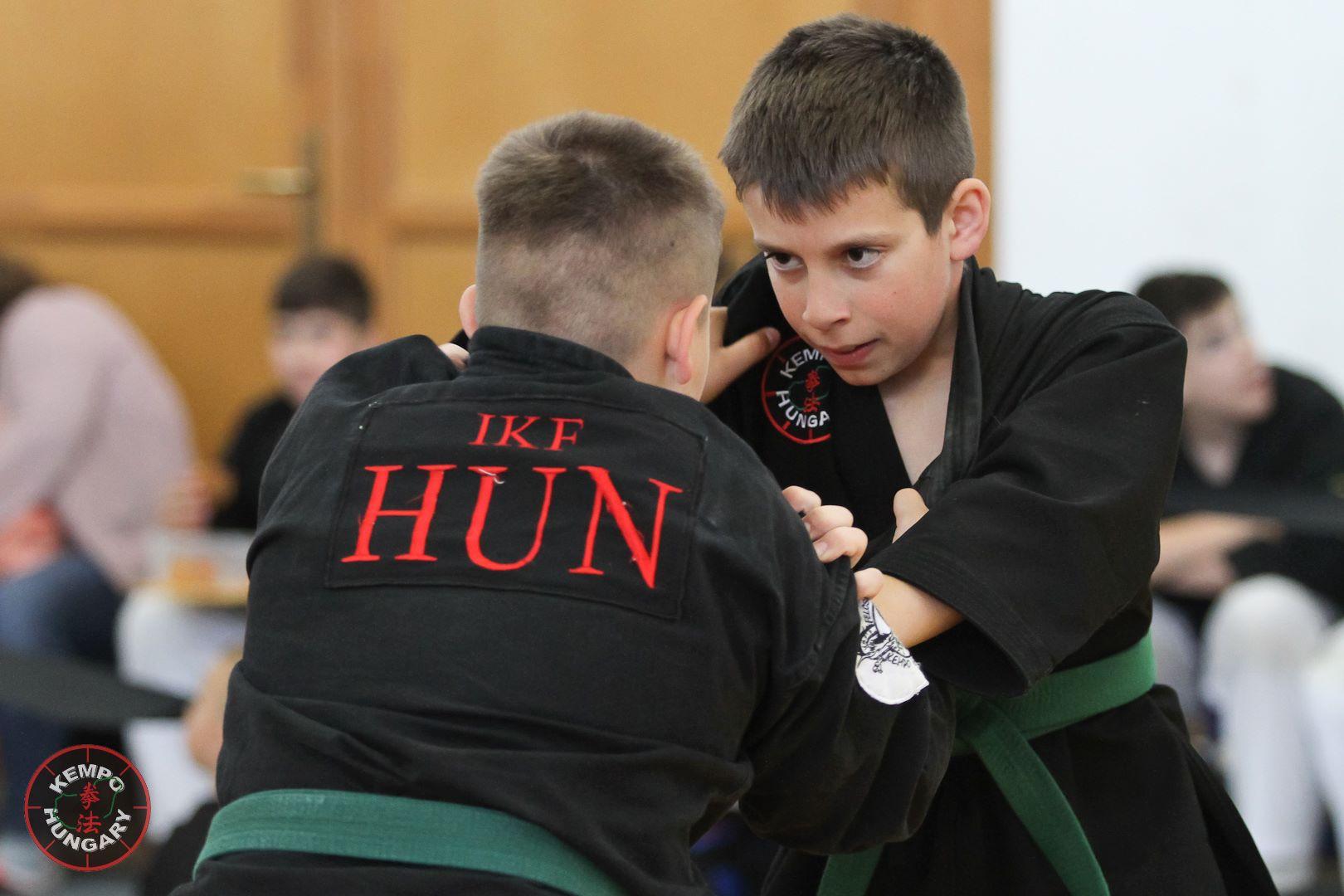 Egymásnak feszülnek a fiatal harcosok